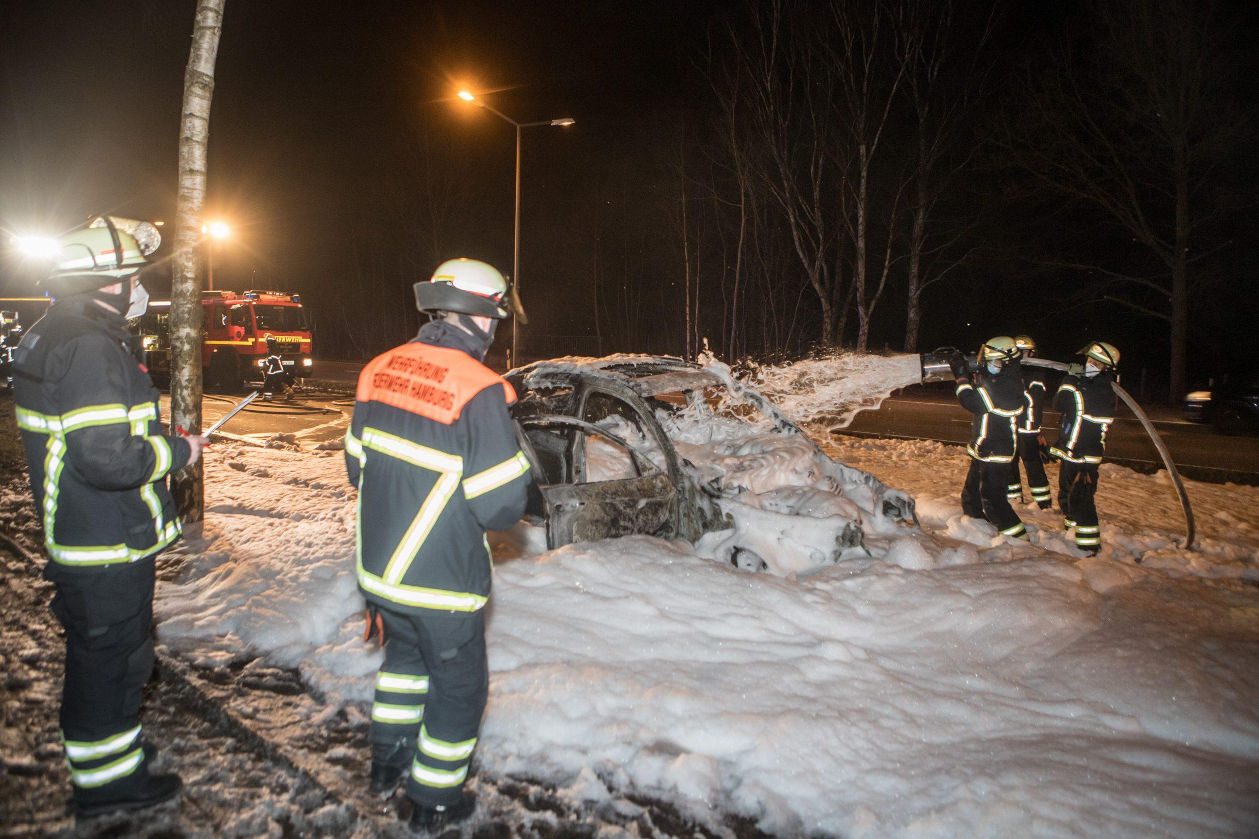 D-nischer-BMW-abgefackelt-Fahrer-konnte-Fahrzeug-noch-rechtzeitig-verlassen