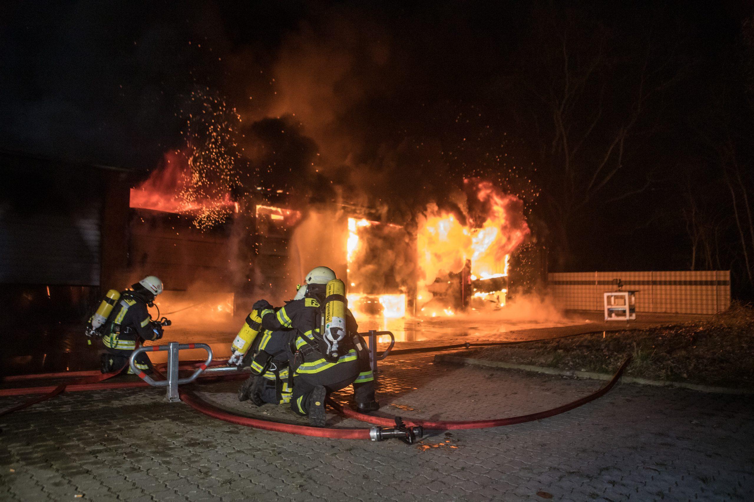 Gro-brand-vor-den-Toren-Hamburgs-Lagerhallen-brennen-komplett-aus-