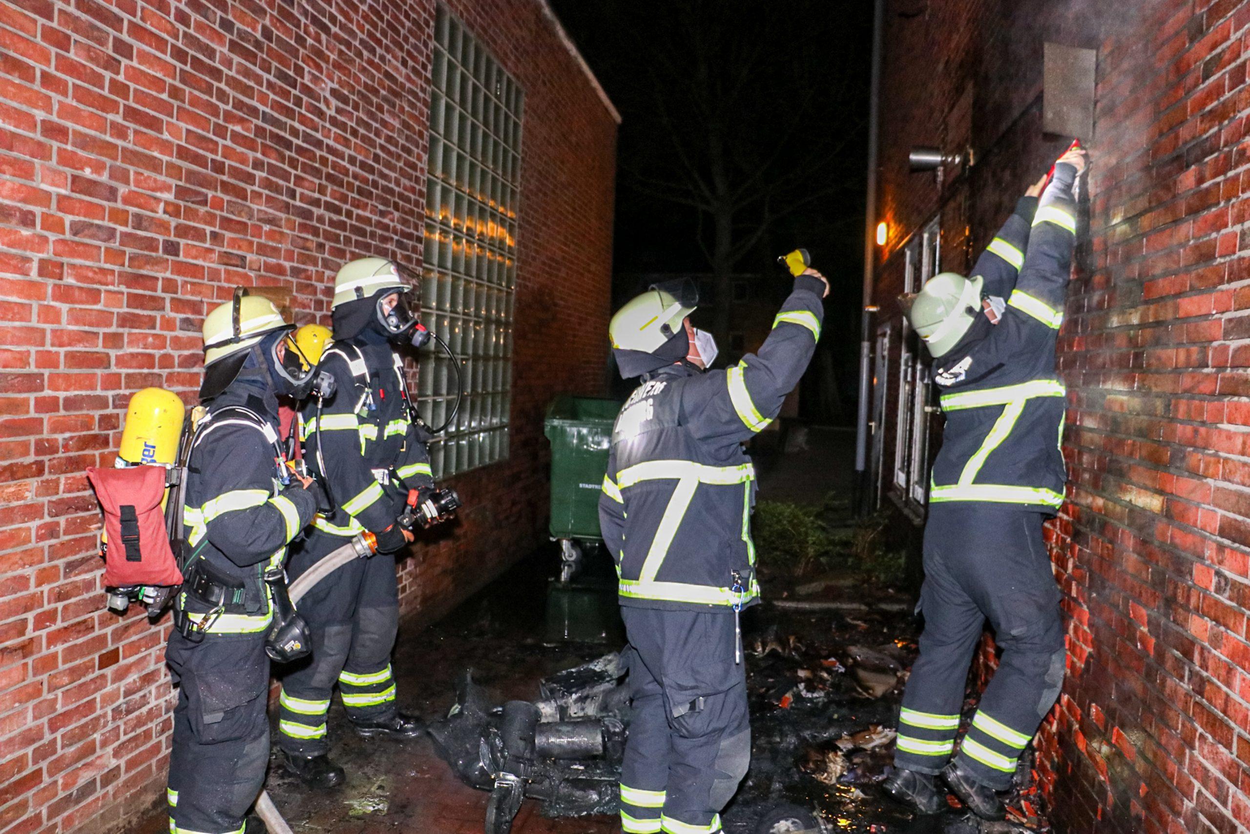 Feuer-in-Lokstedt-M-llcontainer-steht-an-Hauswand-in-Flammen-