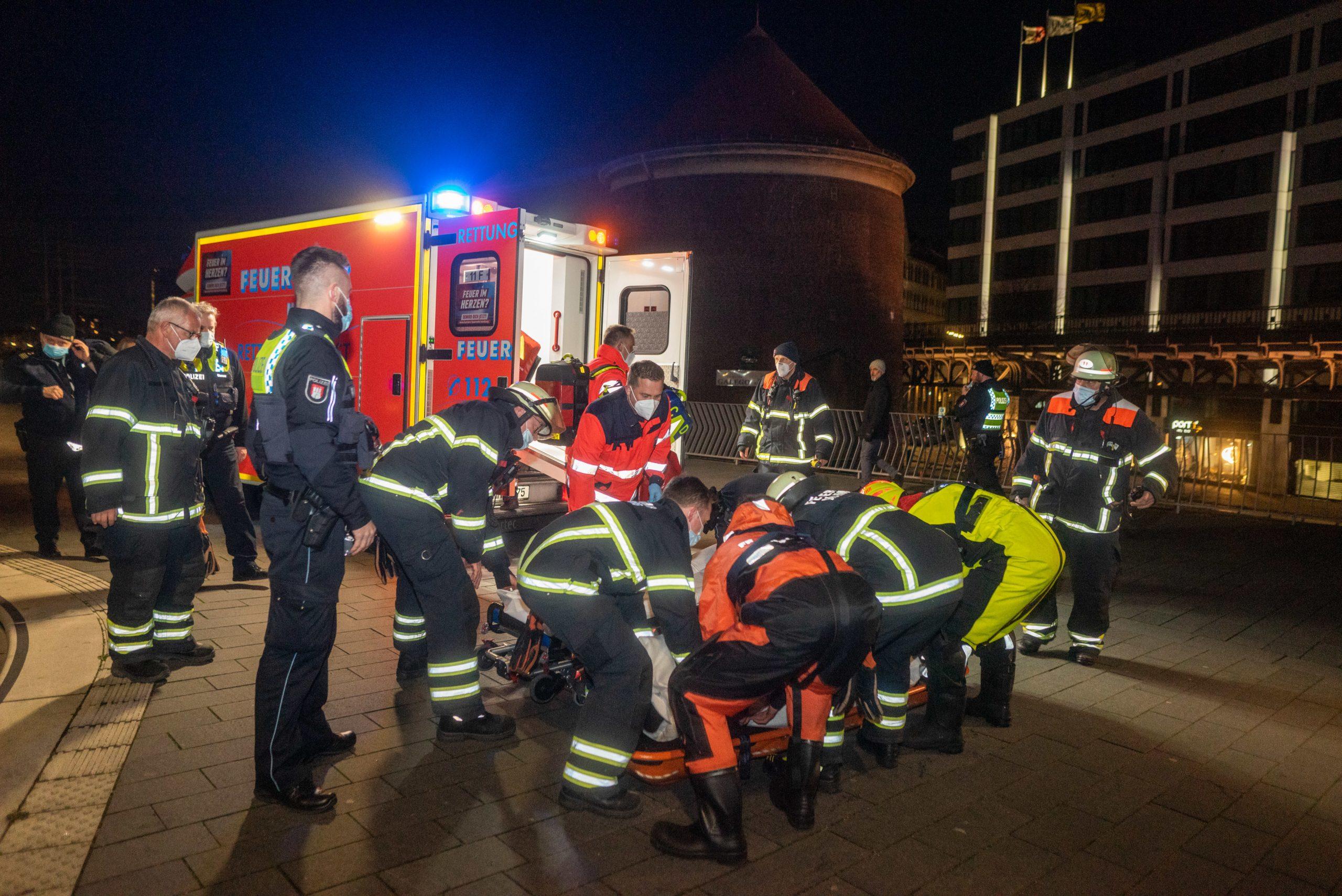 Rettung-im-letzten-Moment-Polizei-rettet-Senior-aus-der-Elbe