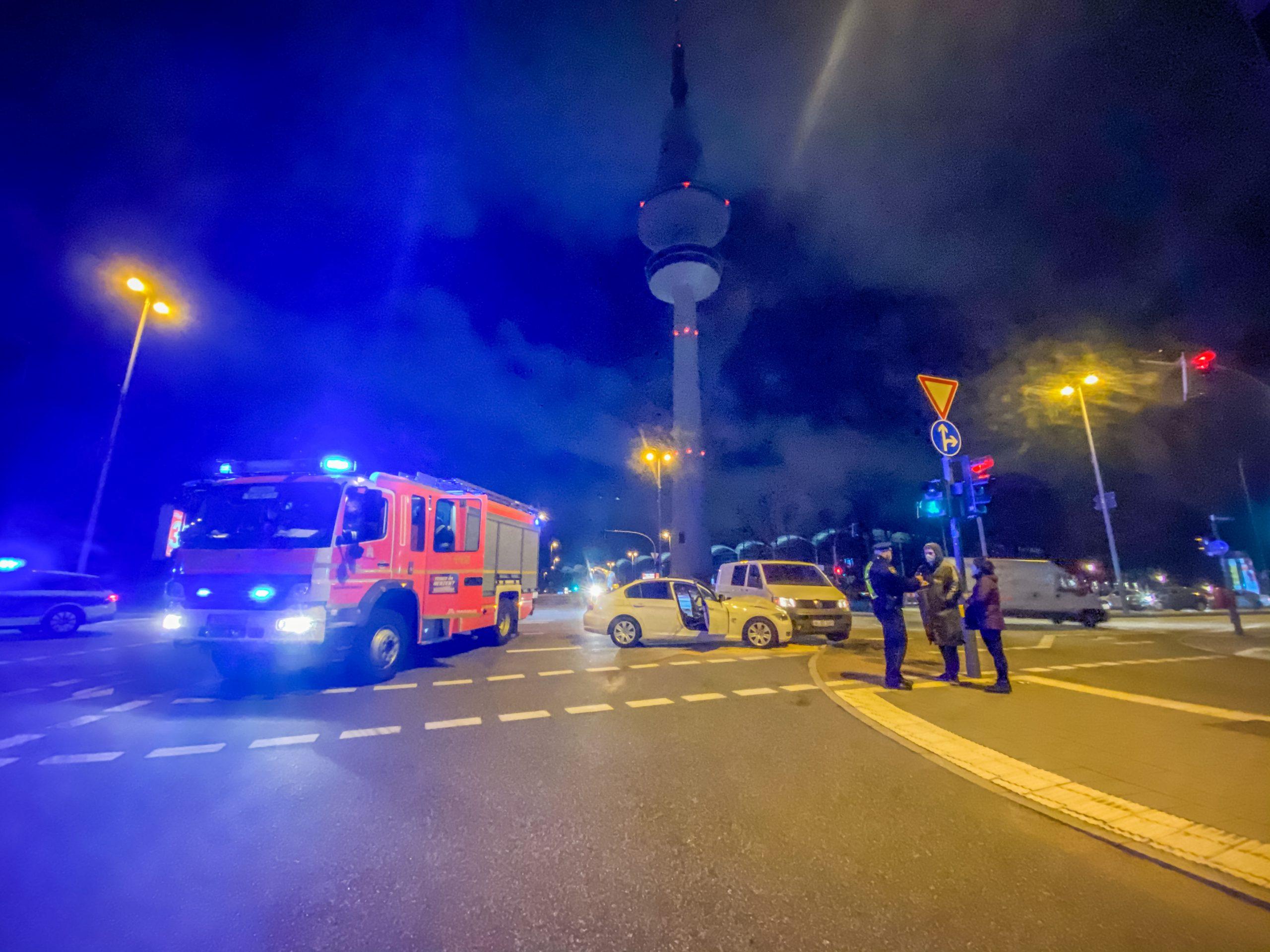 Crash-in-der-City-BMW-und-VW-T5-krachen-am-Fernsehturm-zusammen