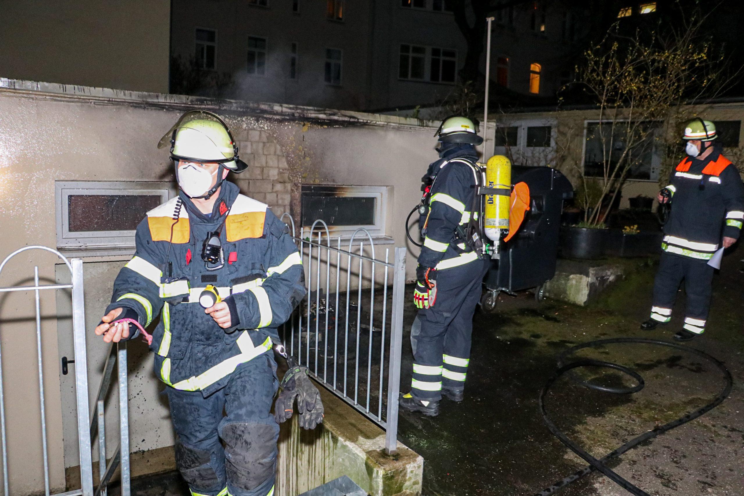 M-lltonne-an-einer-Hauswand-in-Flammen-Feuerwehr-kann-bergreifen-auf-Wohnhaus-nur-knapp-verhindern