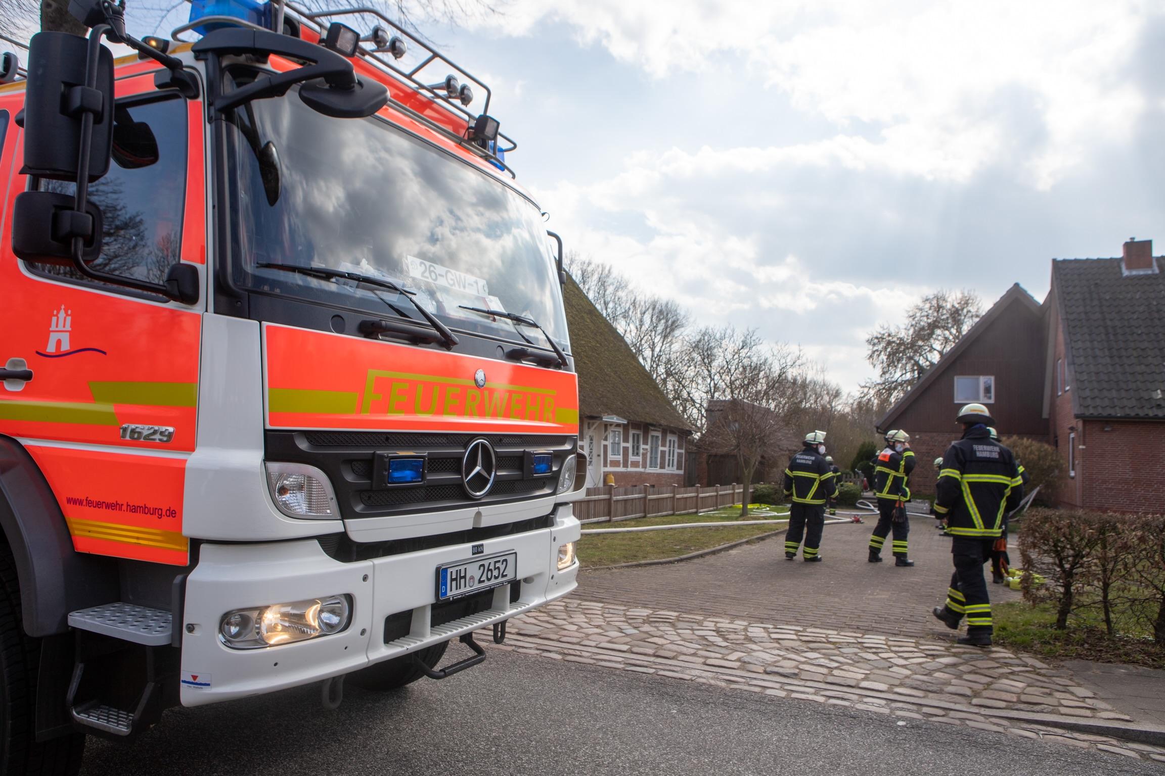Feuer-in-Hamburg-Billwerder-Feuerwehr-l-scht-Zimmerbrand