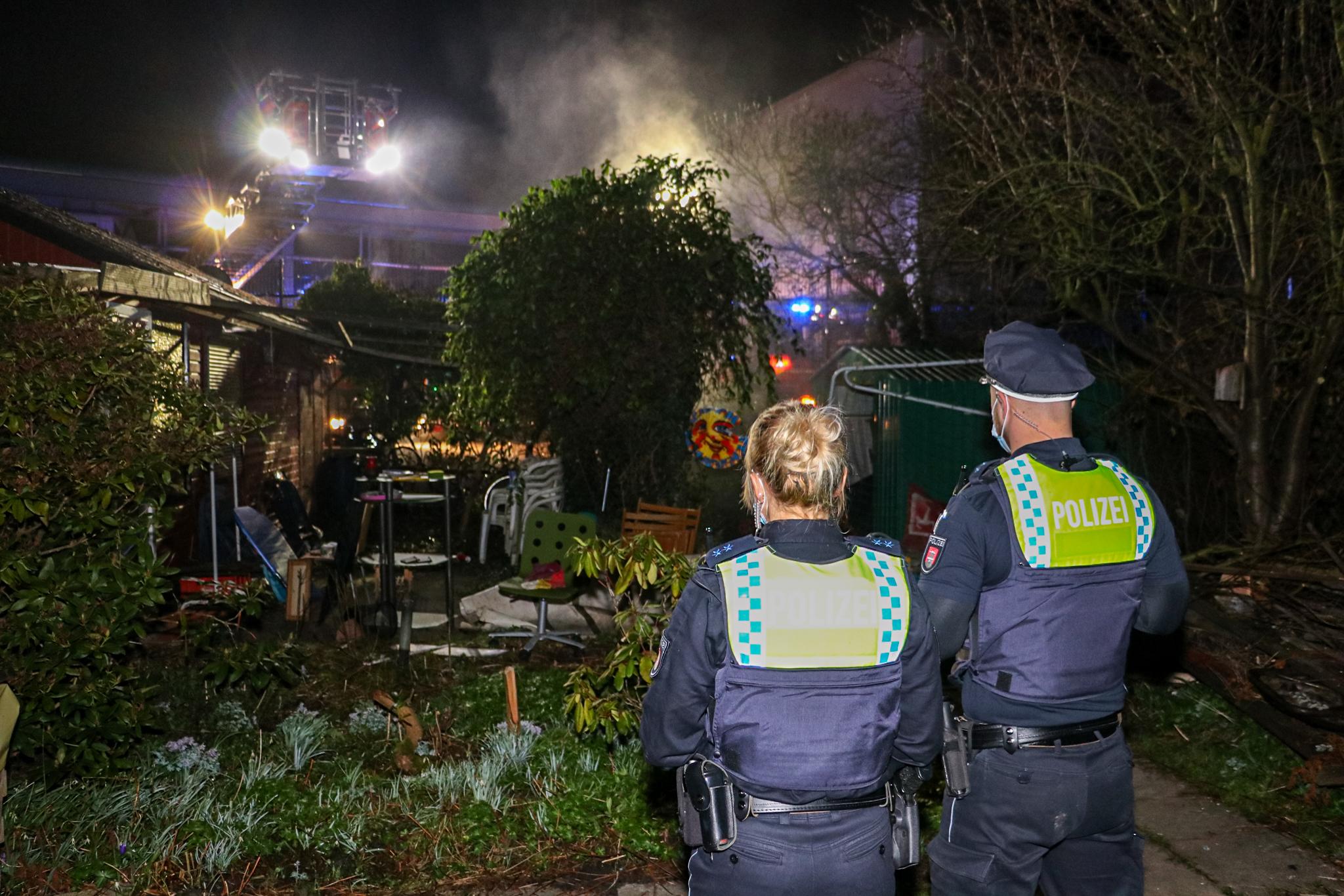 Unachtsamkeit-f-hrt-zu-Feuer-doch-Feuerwehr-verhindert-Gartenlaubenbrand-