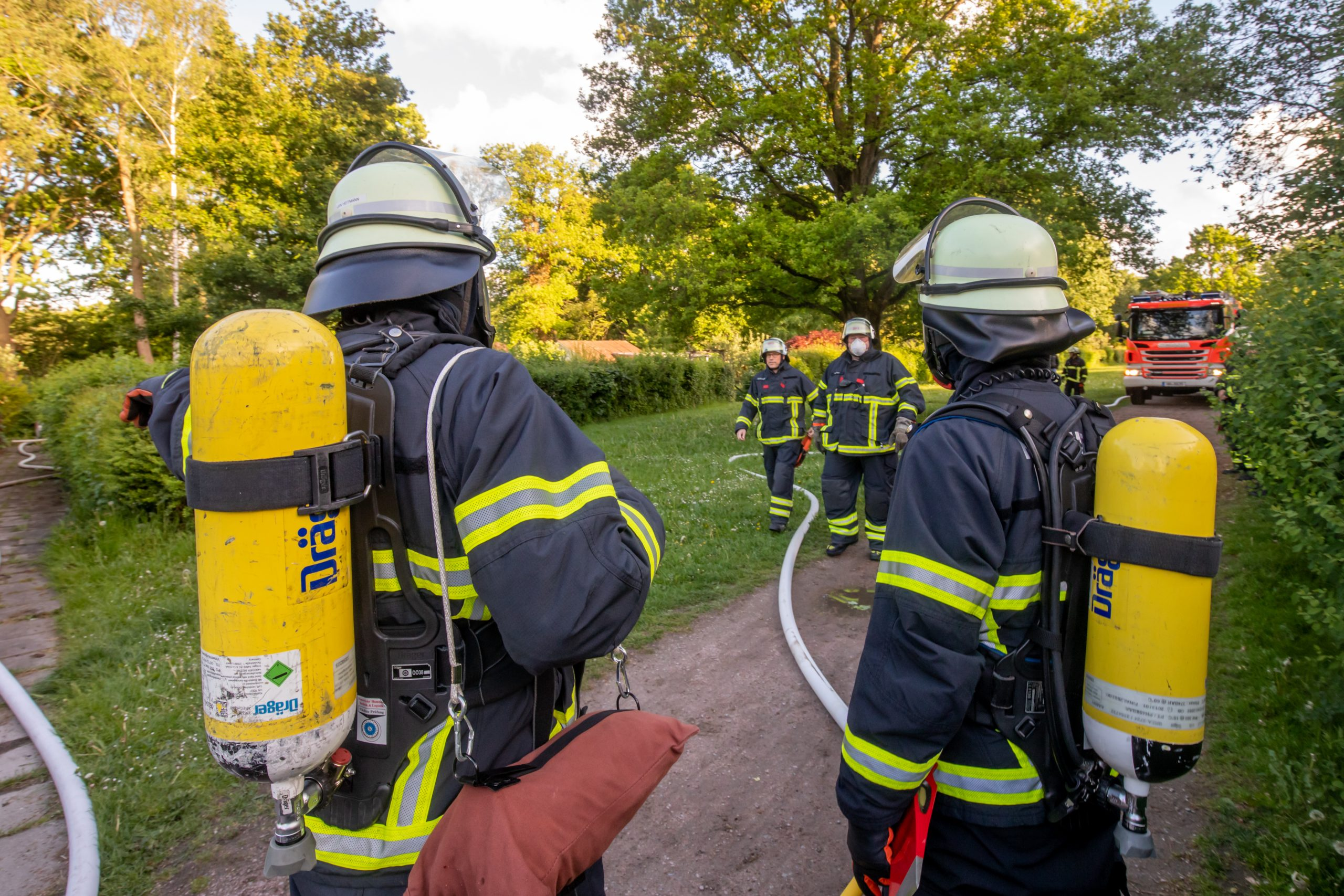 Kleingartenh-tte-brennt-nieder-Feuerwehr-erst-nach-30-Minuten-mit-Wasser-vor-Ort