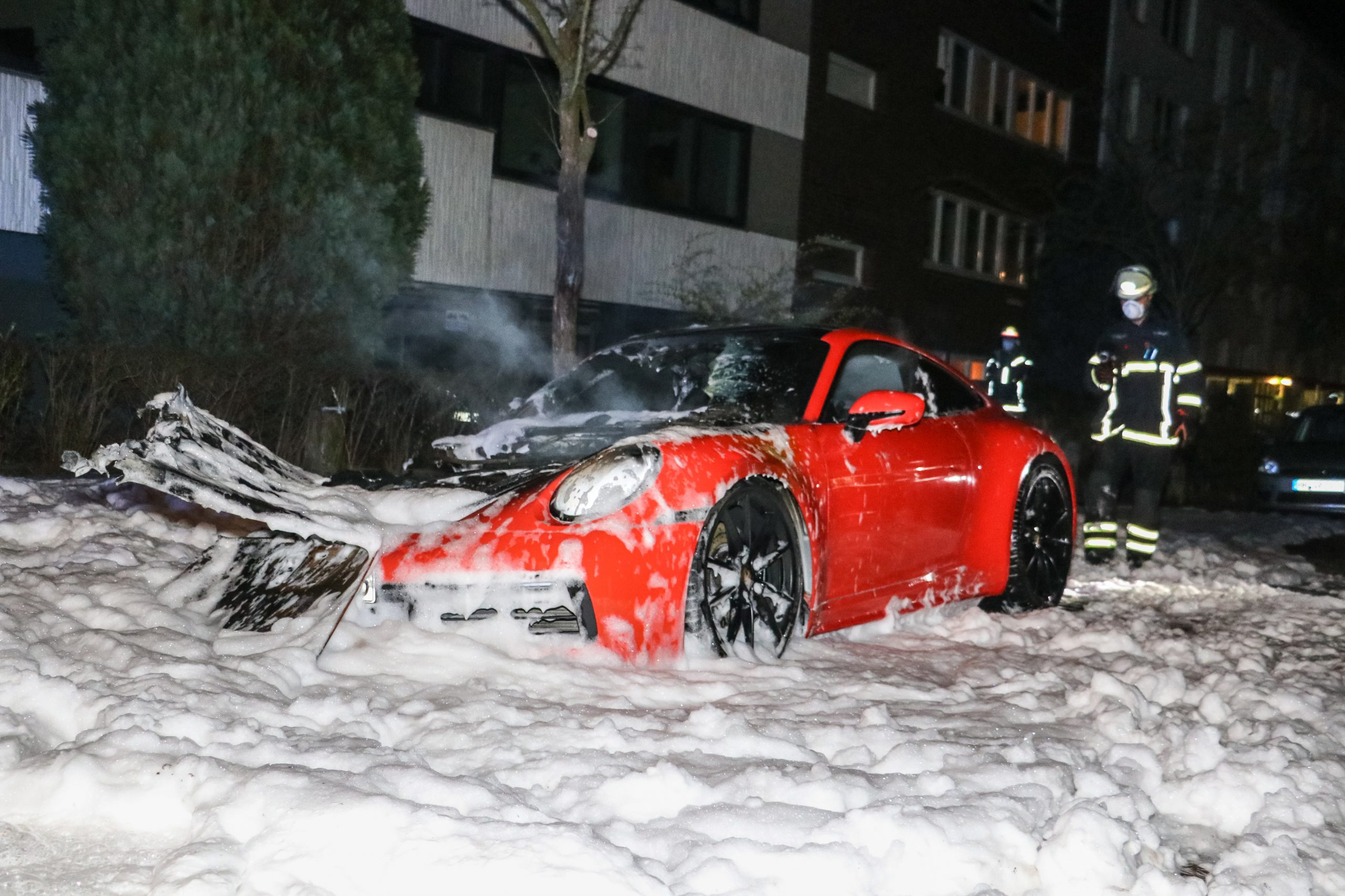 Neider-nagelneuer-Porsche-abgebrannt-Polizei-sichert-Spuren